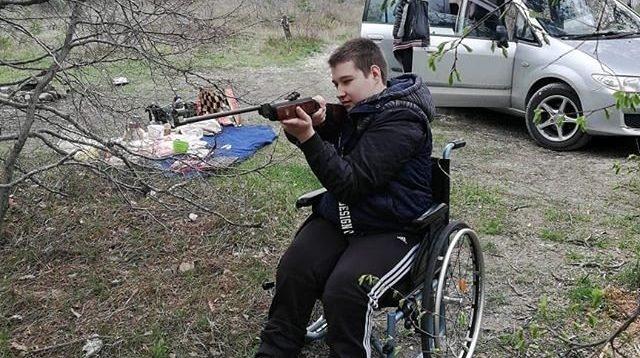 Коли нема пандусів,але є автомат: В РФ дітей-інвалідів привчають до зброї
