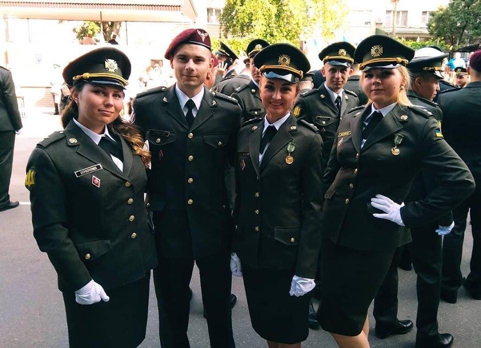 Лейтенант ЗСУ відзначив надане йому звання в окупованому Криму. Фото